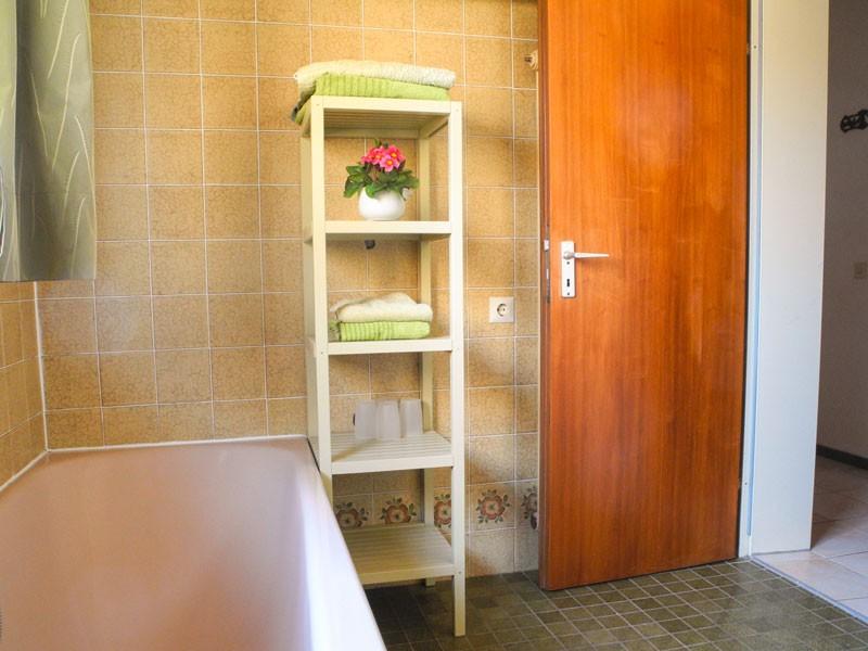 Bad mit Toilette, Badewanne und Dusche